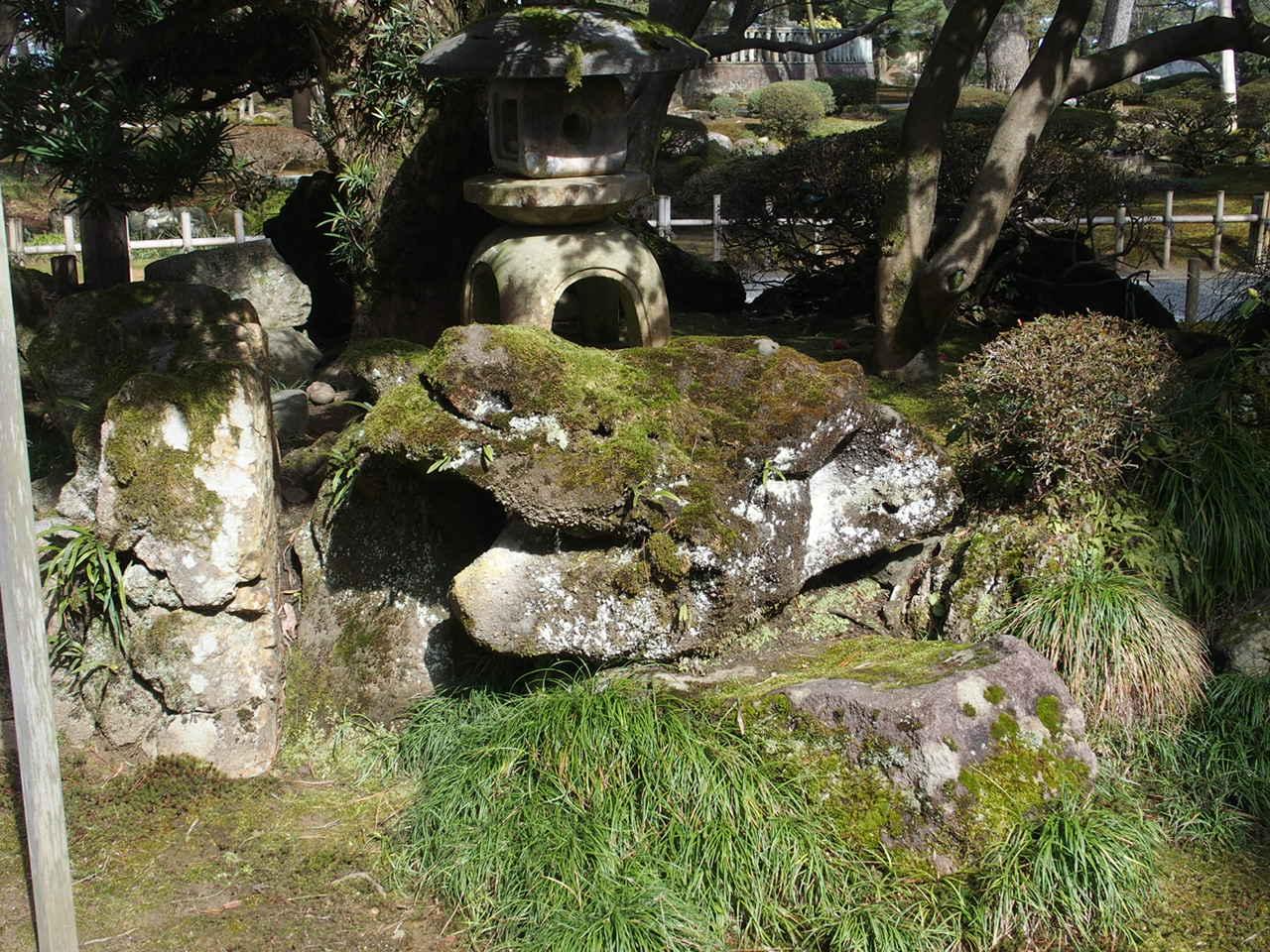 金沢兼六園の三名石の一つ竜石