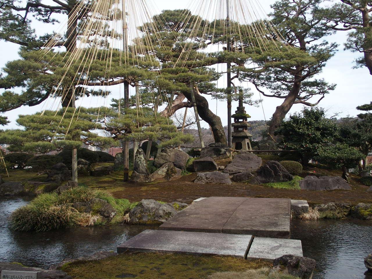 金沢兼六園のの七福神山と雪見石