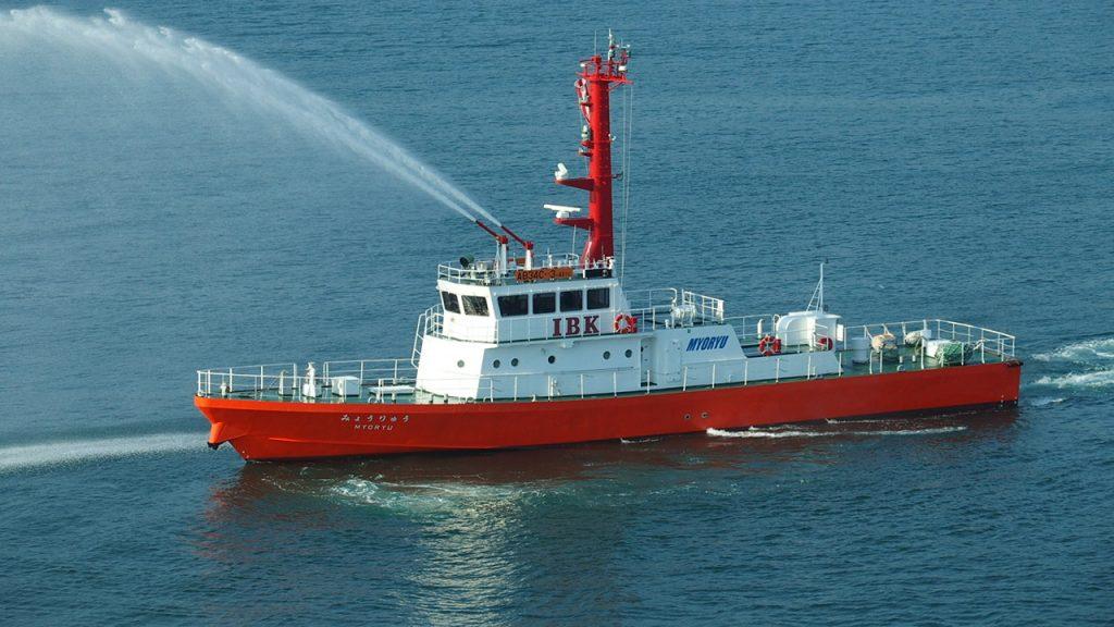 コスタビクトリアの鳥羽港入港で歓迎をうける