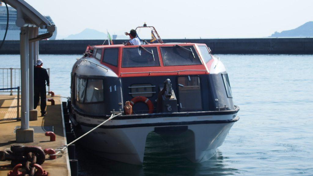 コスタビクトリアが鳥羽港に入港。移動はテンダーボートで