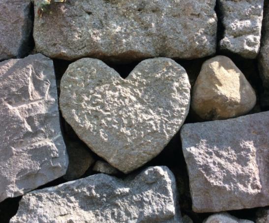 長崎の眼鏡橋で恋愛のパワースポットとされるハートの石