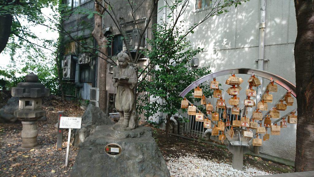 浅間芸能神社のすぐ前にある二宮金次郎の像