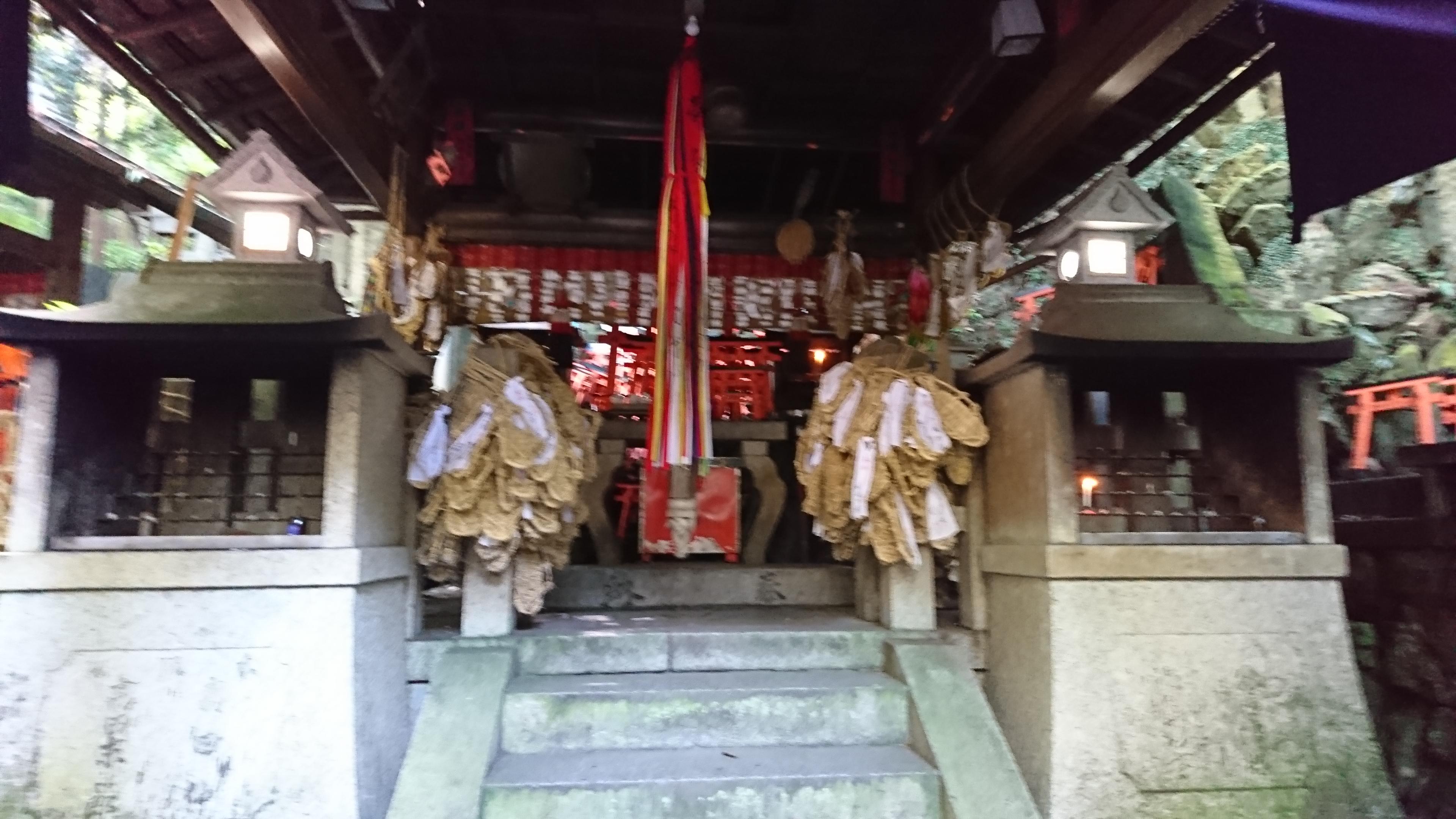 京都稲荷山にある薬力大神に奉納されたわらじ