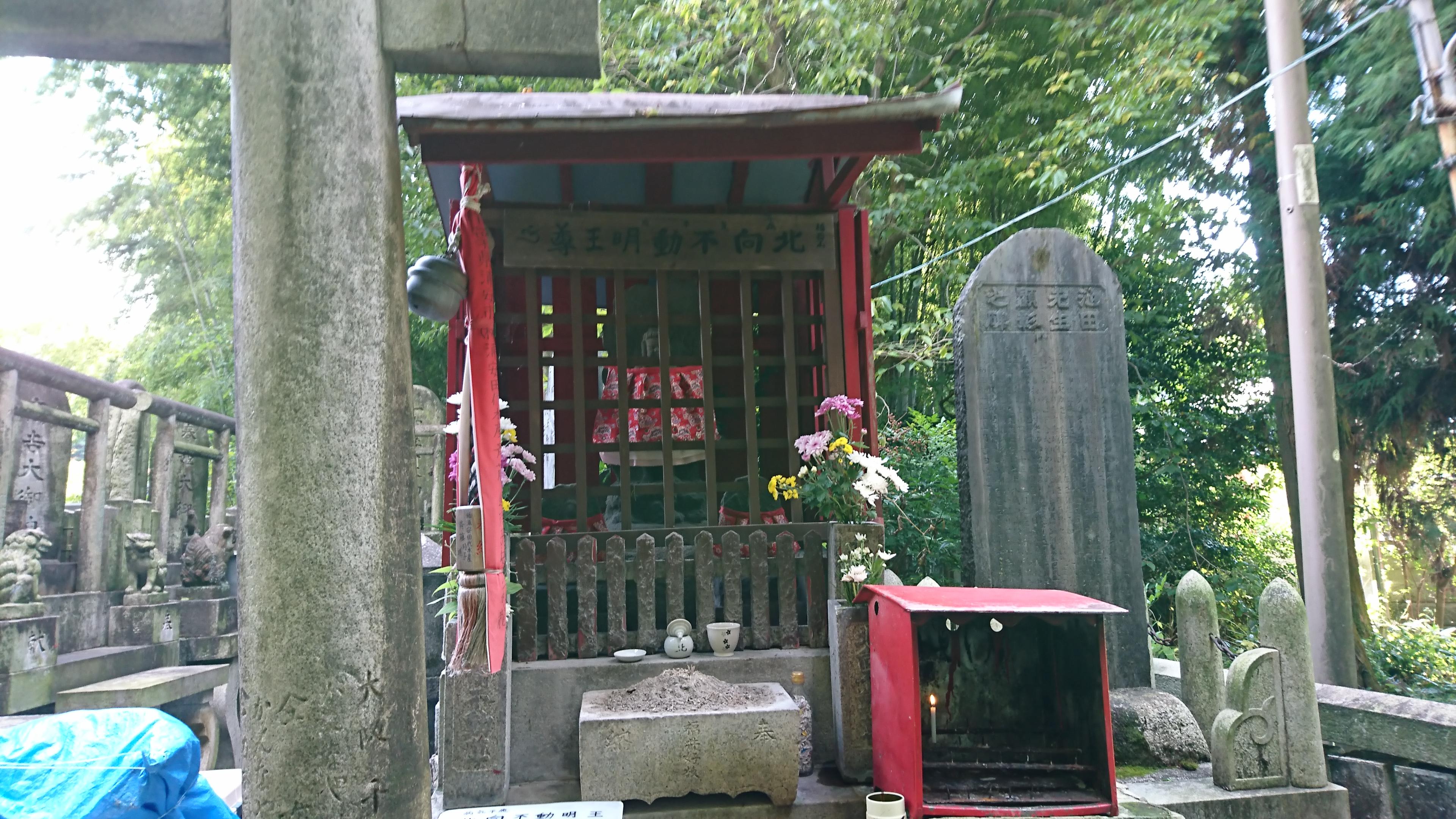 京都伏見稲荷大社の裏参道の北向き不動堂