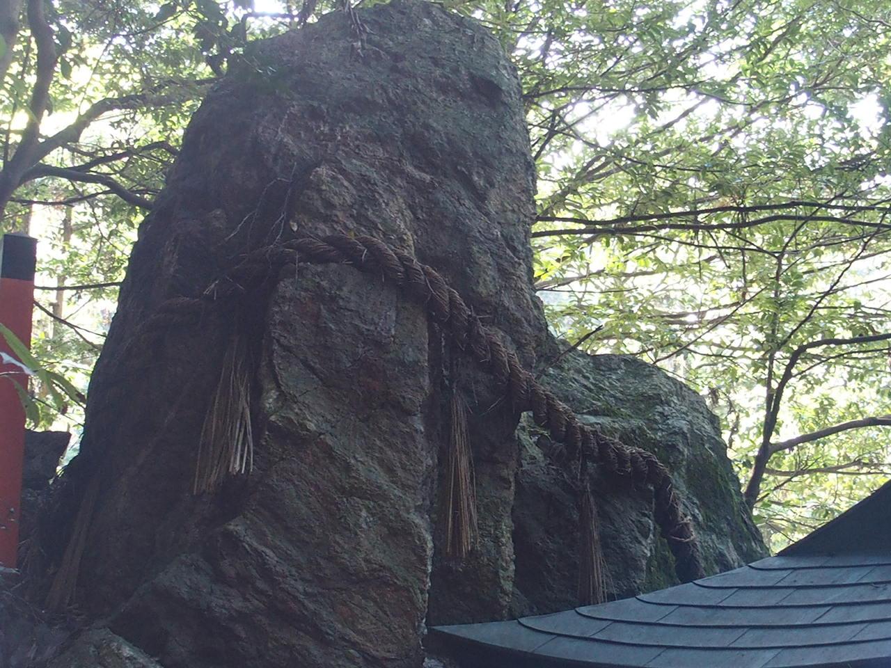 伏見稲荷大社の長者社の裏にある雷をおさえたという御劔石