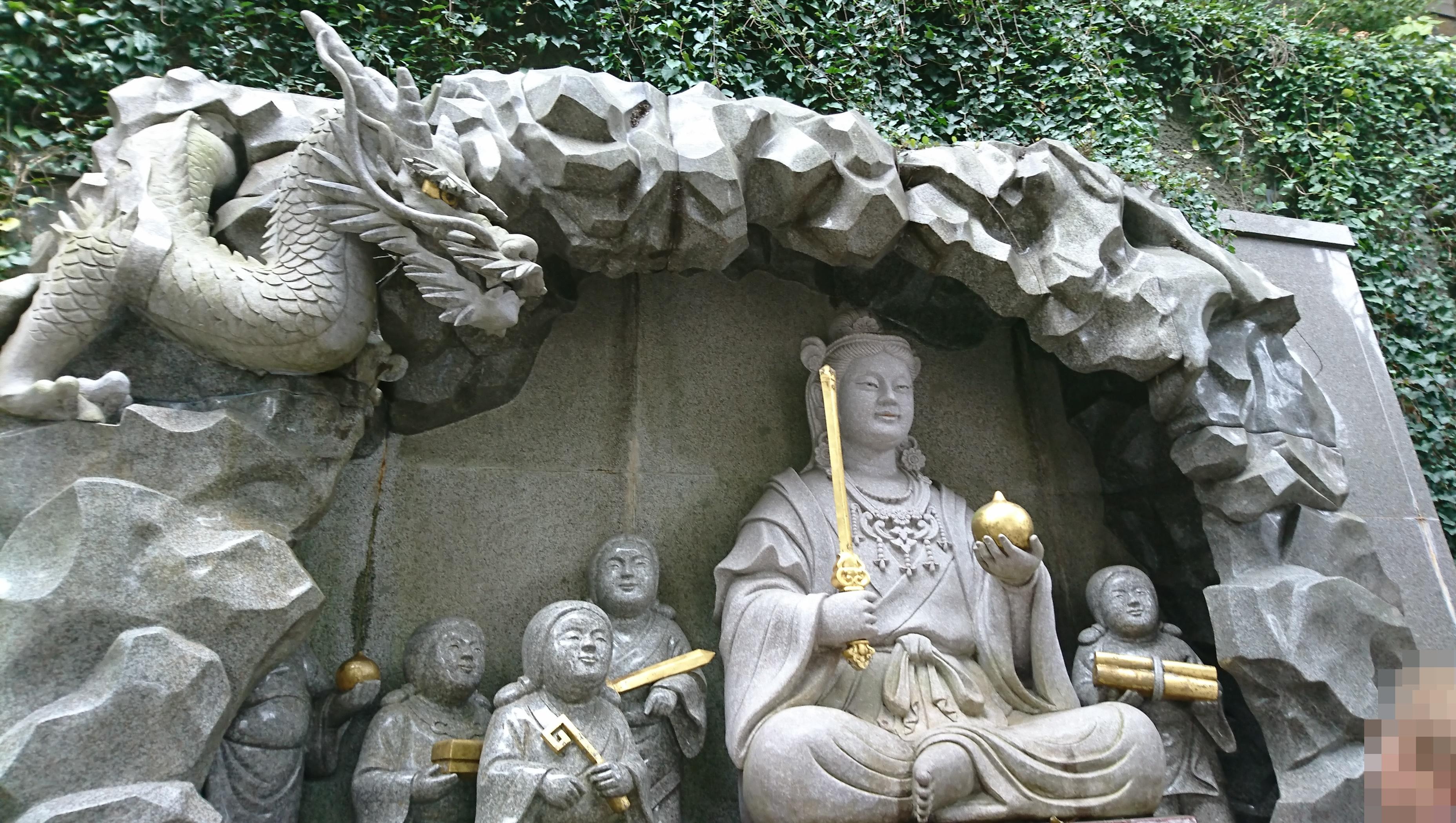 江ノ島神社の瑞心門の弁財天童子石像