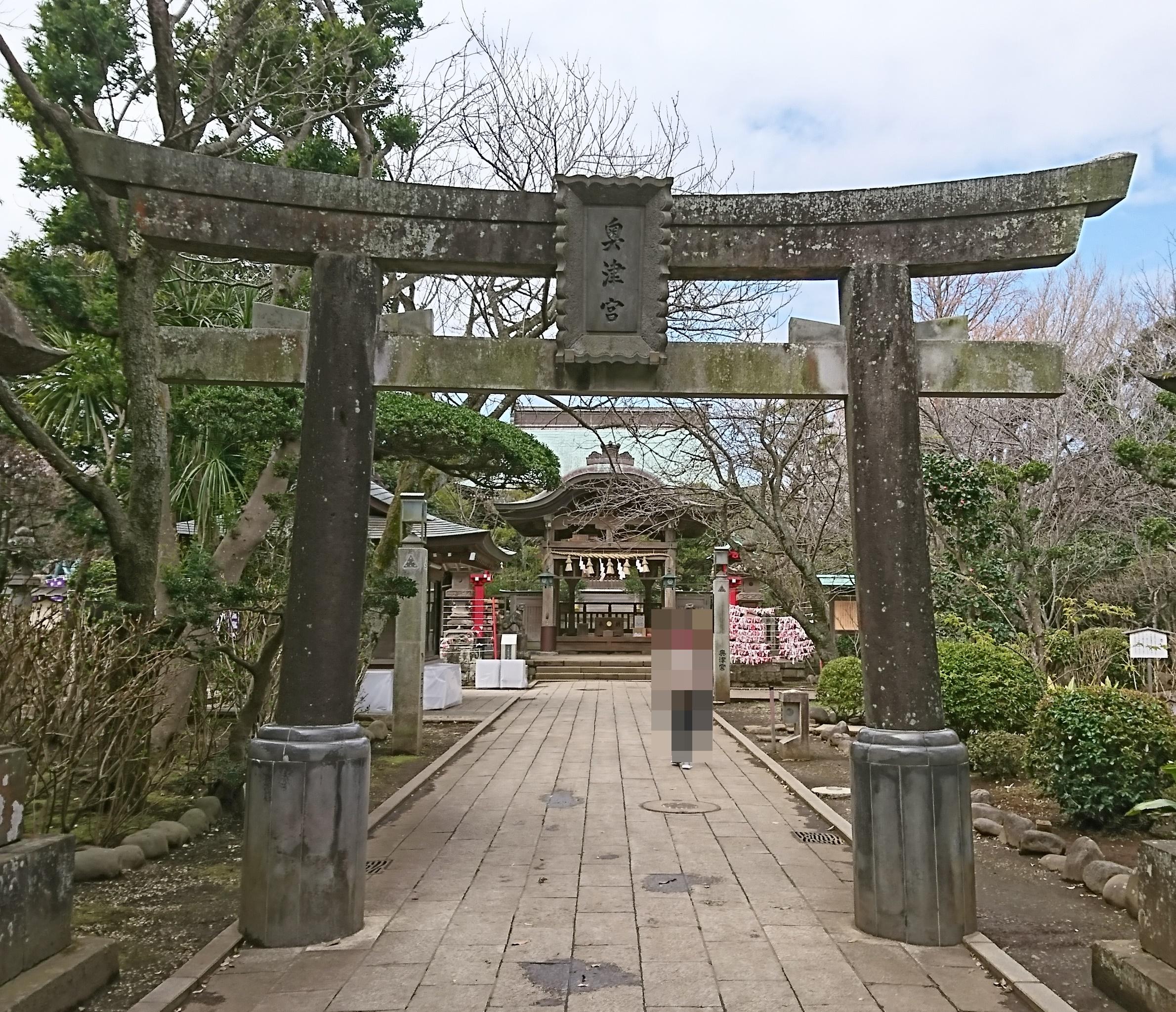 江ノ島神社の奥津宮の鳥居は源頼朝が寄進したもの