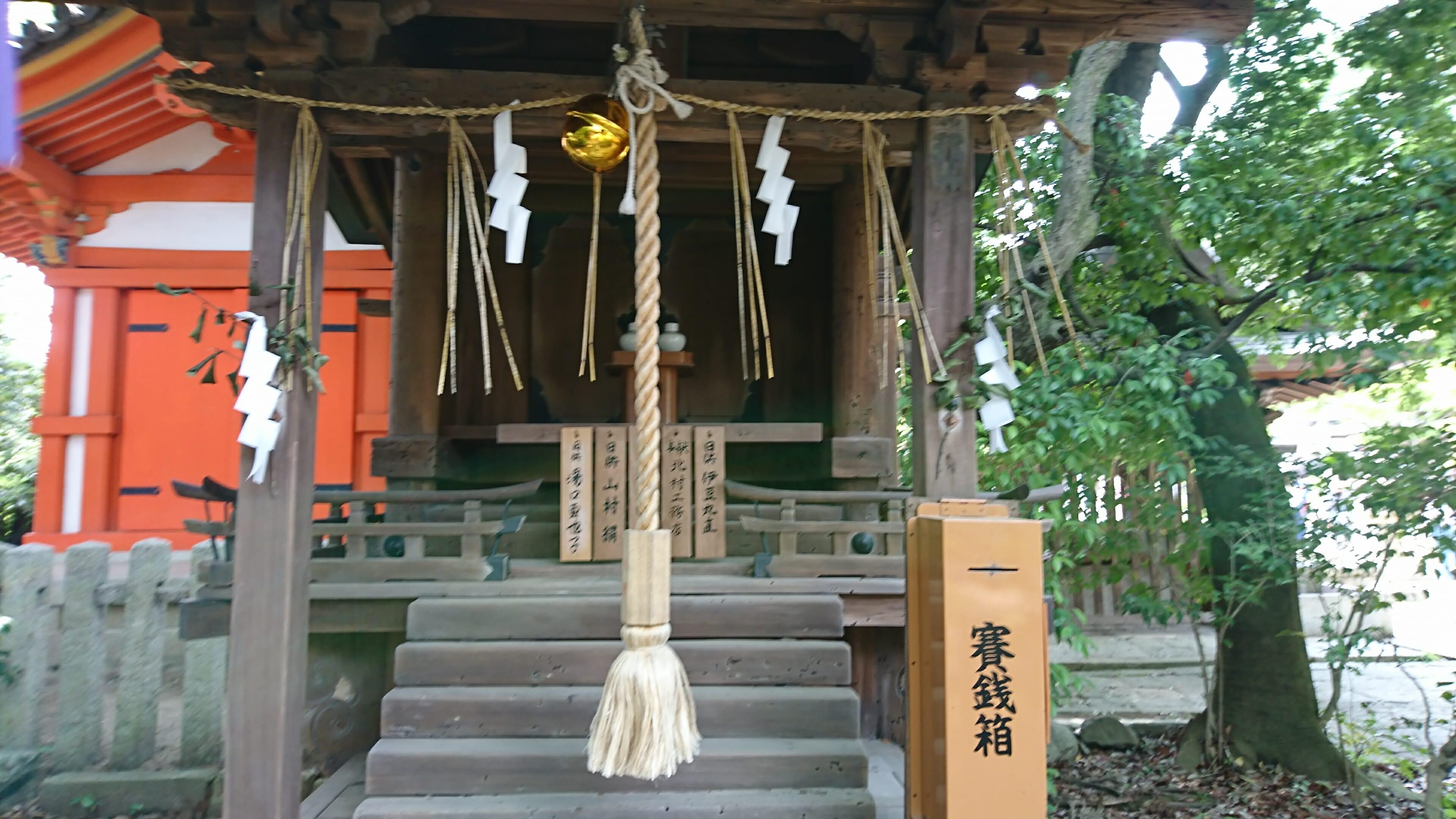 京都の今宮神社にある宗像社には弁天様のお使いのなまずの石がある