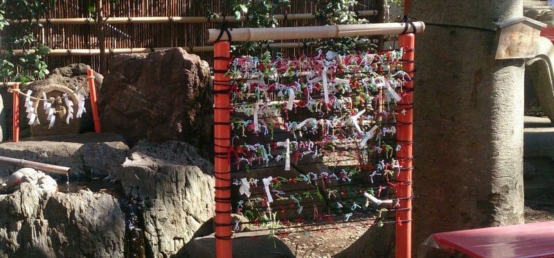 田無神社の道祖神様の近くに結ばれた縁結びおみくじ