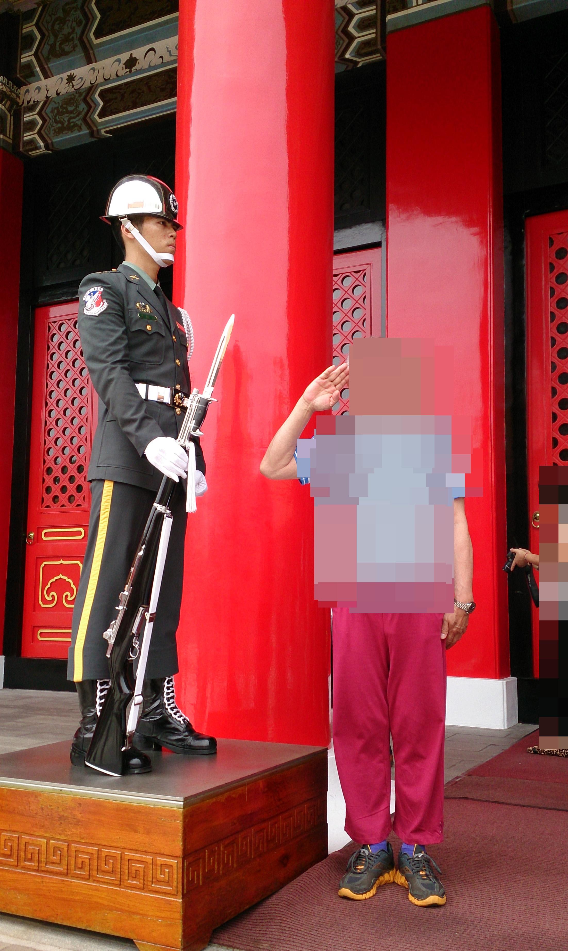 台北の忠烈祠では衛兵が微動だにせず警護している
