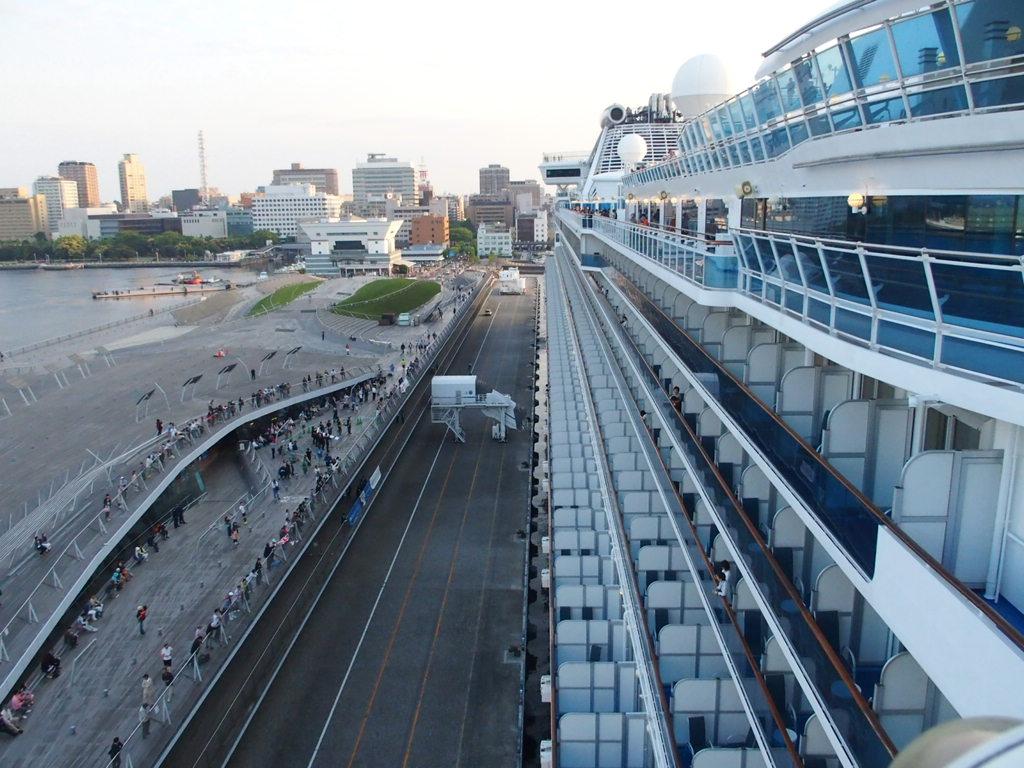 横浜港を出港するダイヤモンドプリンセス