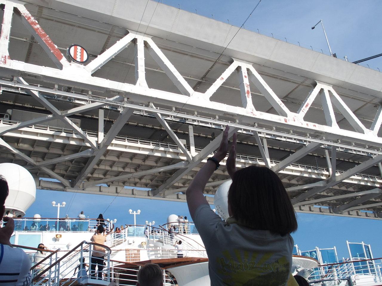 ダイヤモンドプリンセスで横浜港を出港してからベイブリッジの下をくぐる瞬間