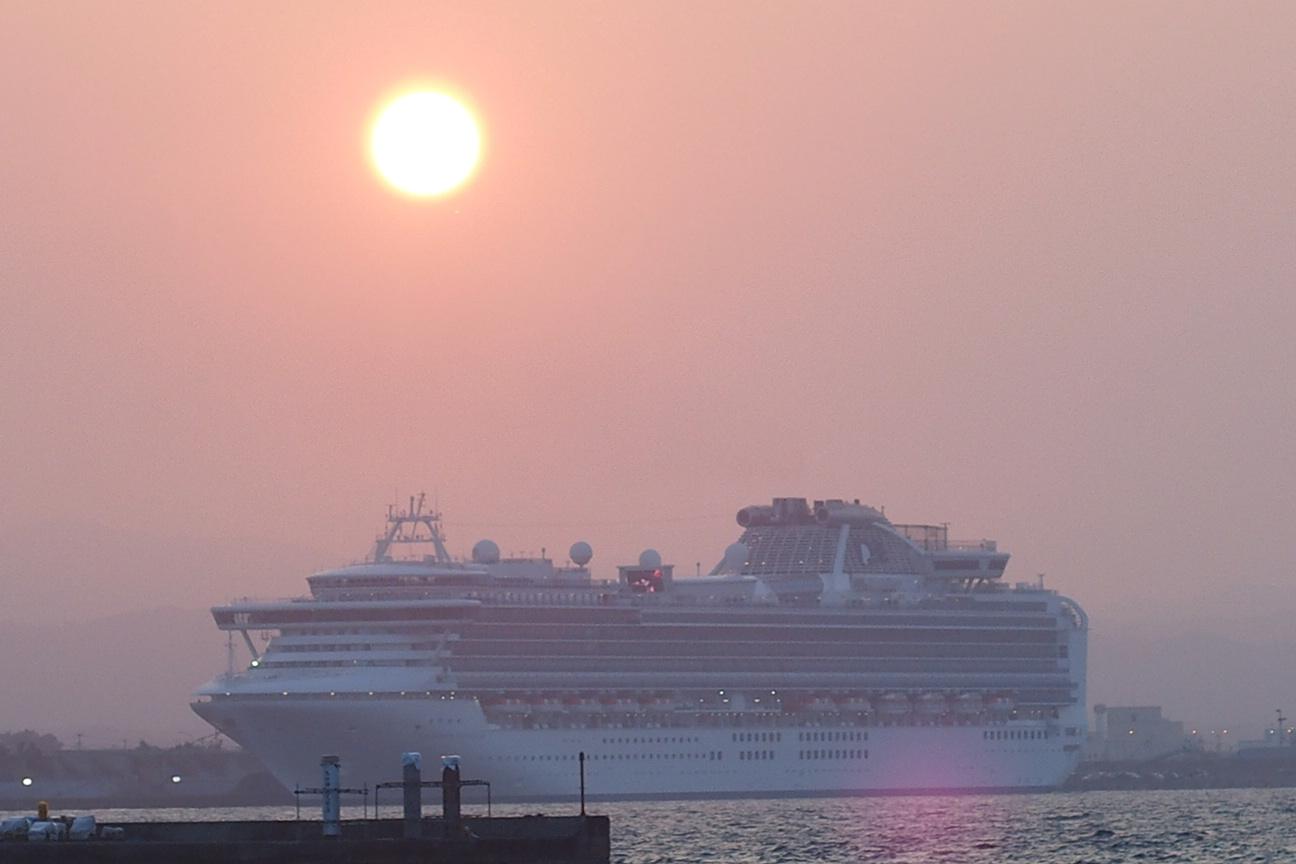 ダイヤモンドプリンセスに向かって落ちていく夕日が見れた青森港