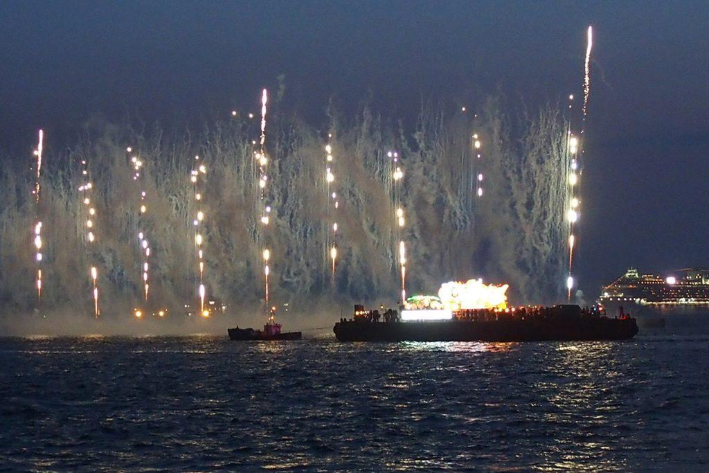 ねぶた海上運行と花火大会