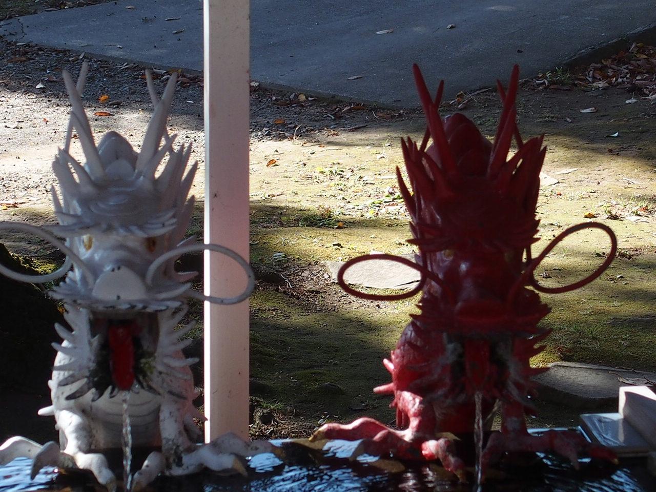 伊豆山神社の手水舎にご鎮座される赤龍と白龍