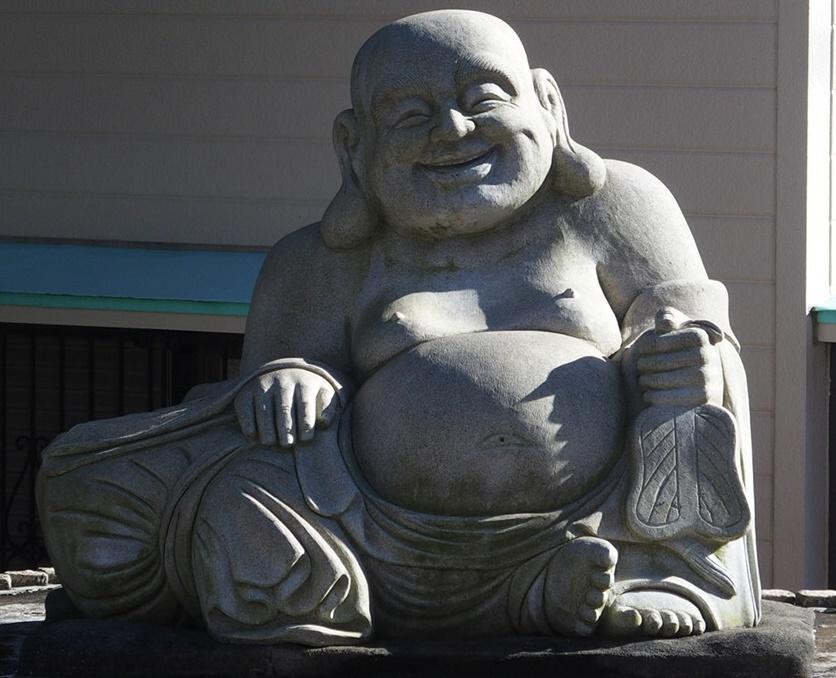 伊豆山神社の参道の布袋さん