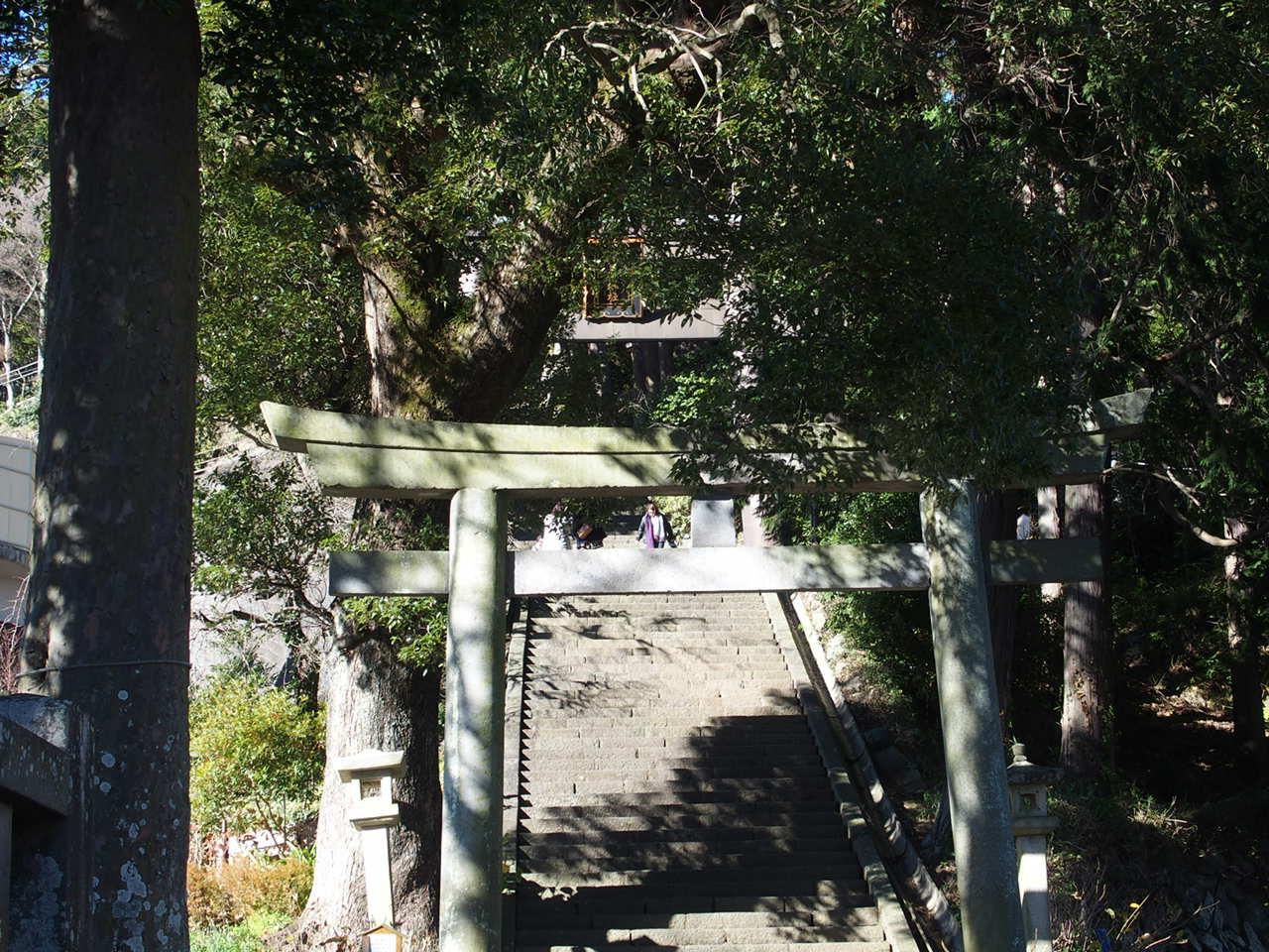 伊豆山神社前のバス停をおりると鳥居が見えてきます。