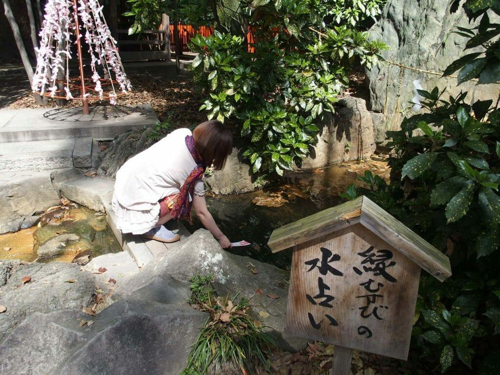 生田神社の水みくじは生田の森の清水でぬらすとお導きが浮かんできます
