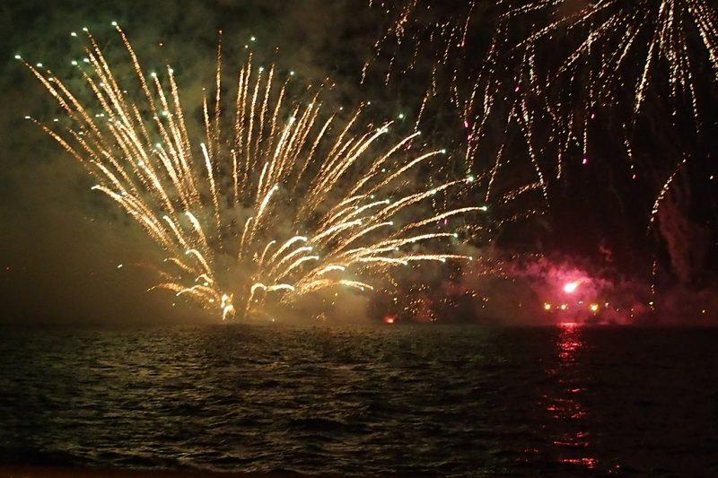 青森ねぶた最終日の海上運行と花火大会