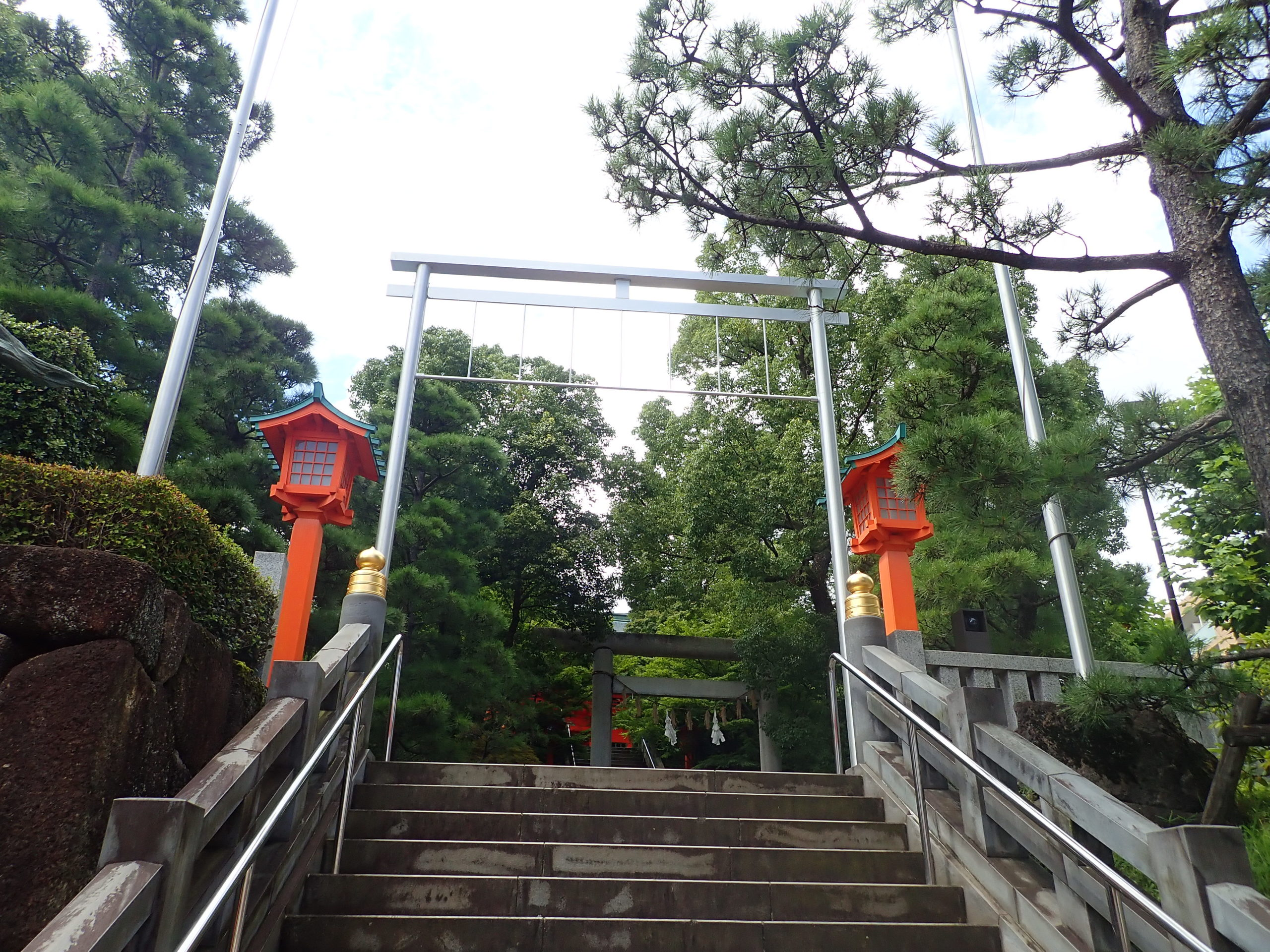 穴八幡宮の境内に続く階段