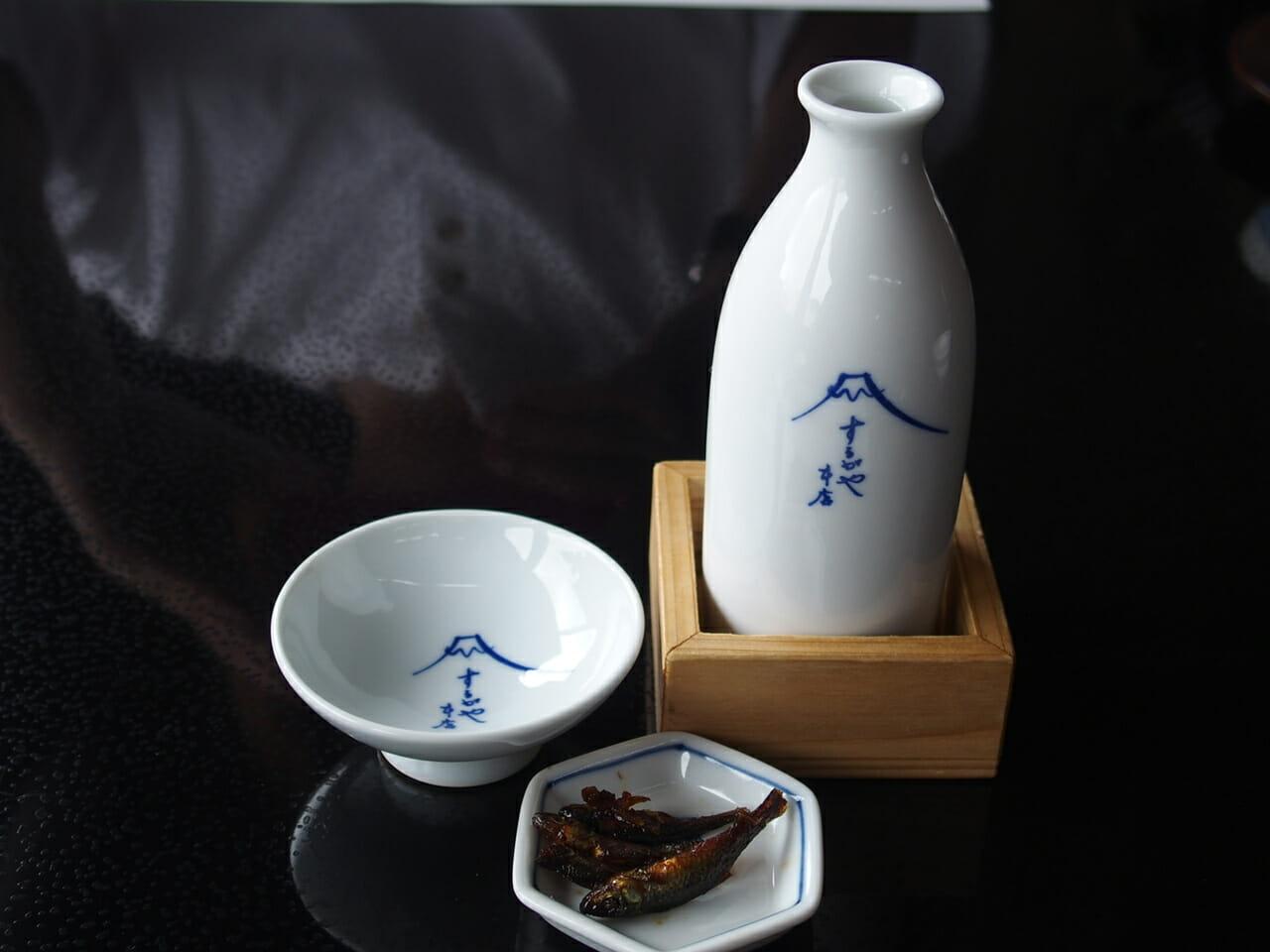 成田山の参道にあるうなぎ駿河屋でお酒を注文しました