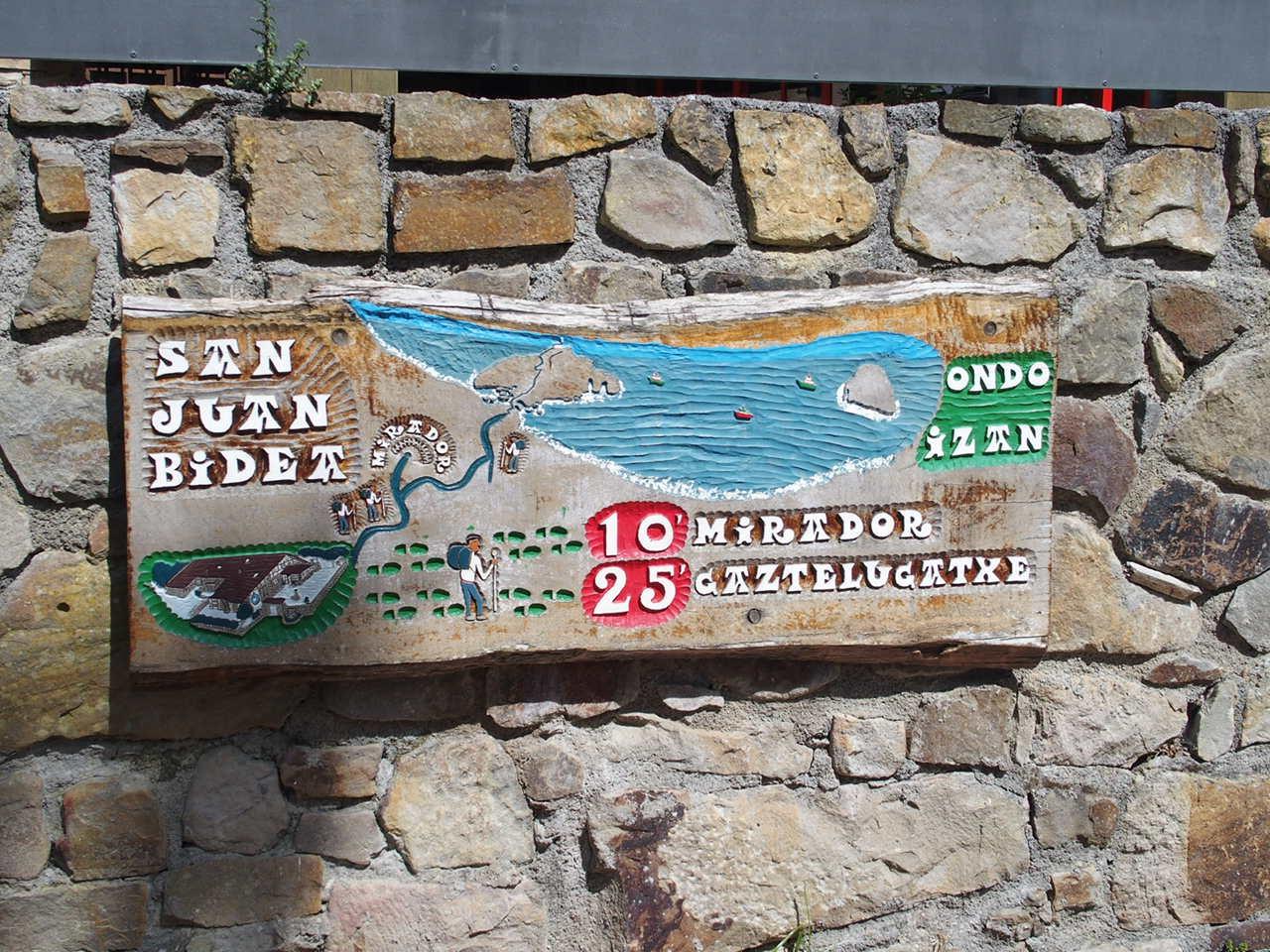 サン・ファン・デ・ガステルガチェ教会の道案内の看板