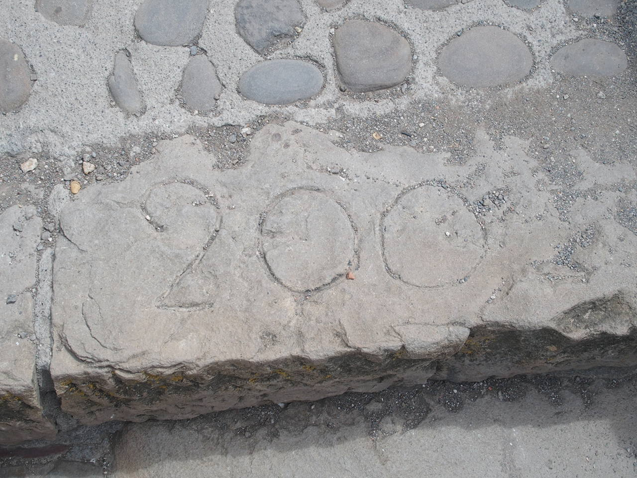 サン・ファン・デ・ガステルガチェ教会の階段の200段目の印