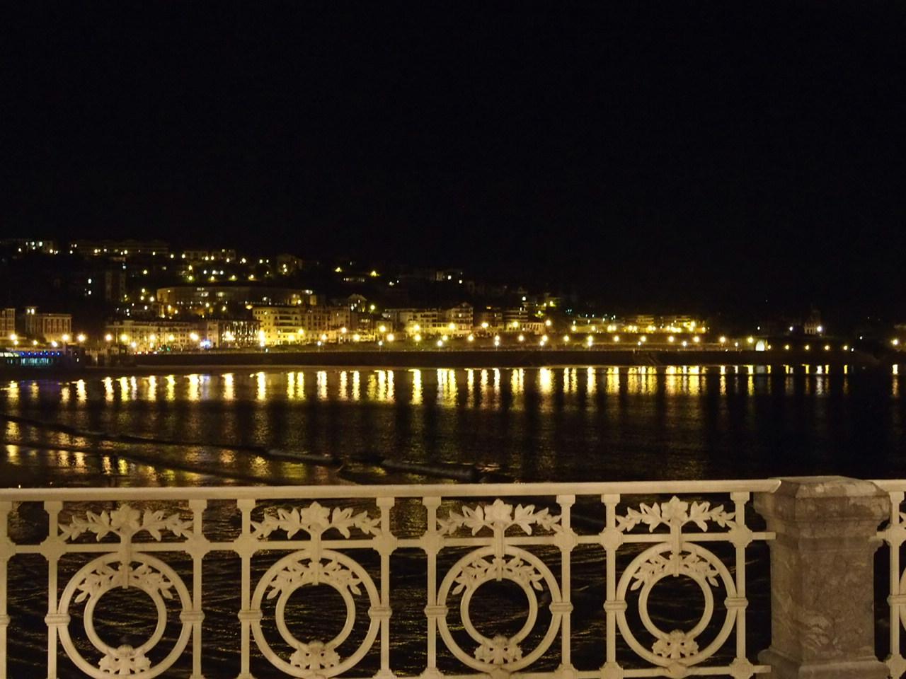 旧市街からコンチャ湾の向こうに見えるホテルロンドレス