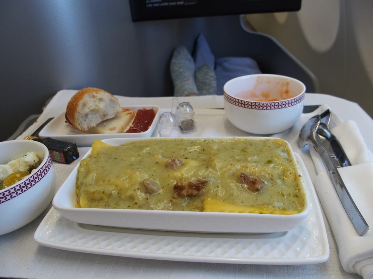 イベリア航空ビジネスクラスの洋食のラザニア