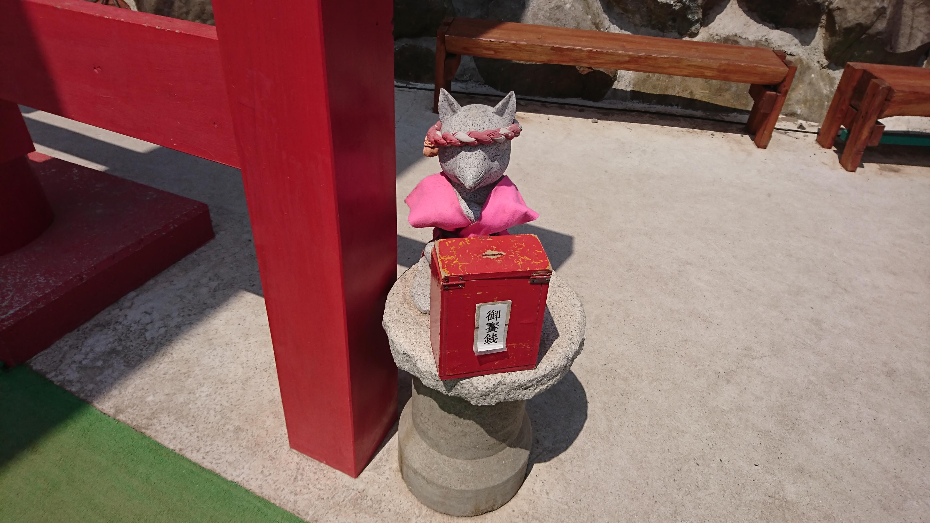 山口県の元乃隅稲成神社の参道出口にあるさい銭箱