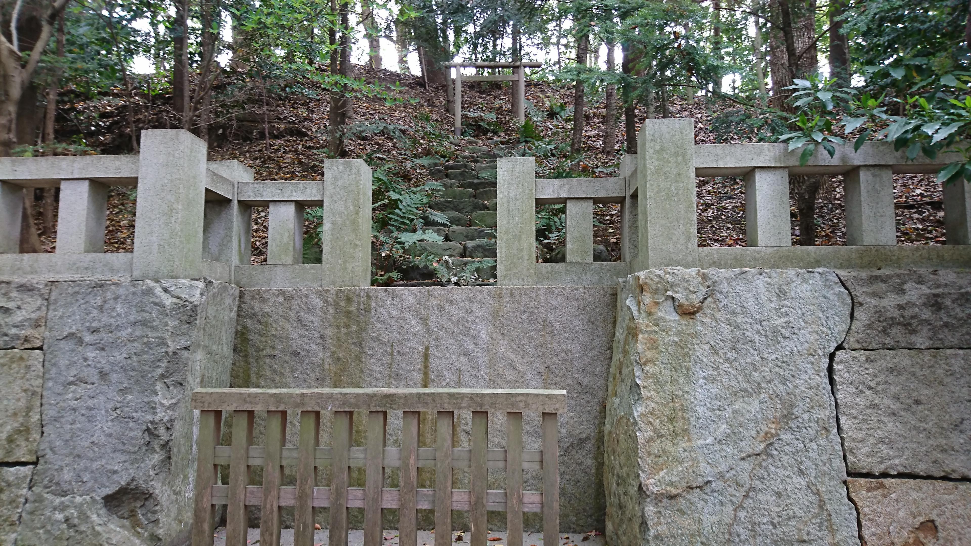 寒川神社の神嶽山神苑にある裏参拝所