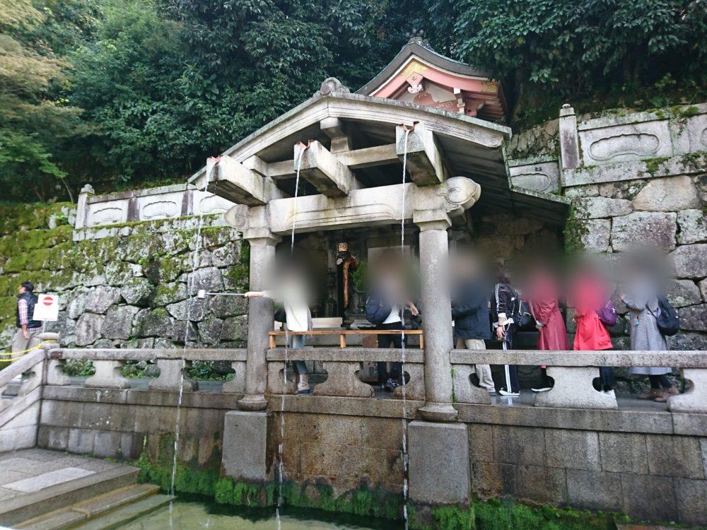 清水寺で一番長い行列ができている音羽の滝