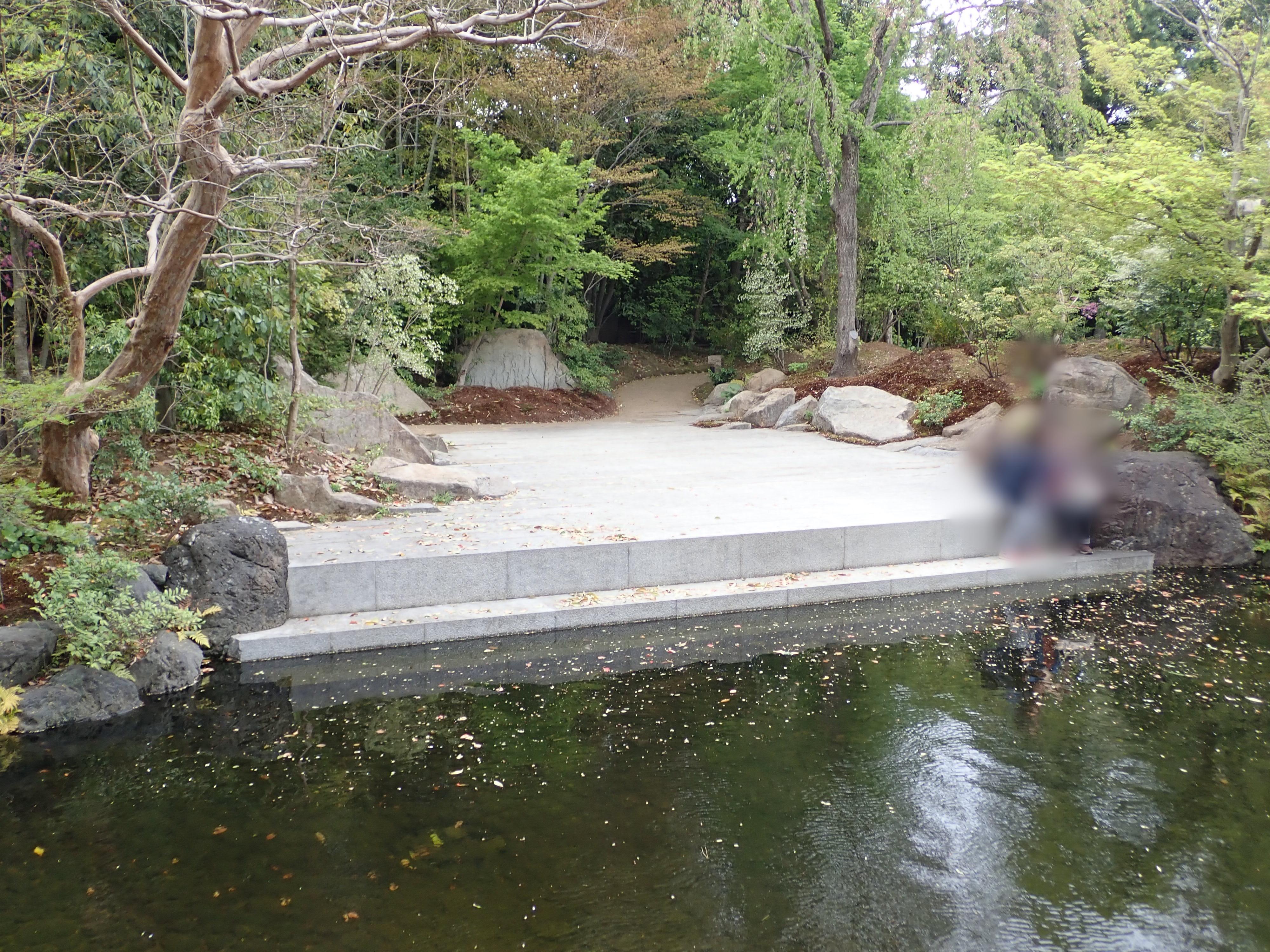 寒川神社の神嶽山神苑にある石舞台