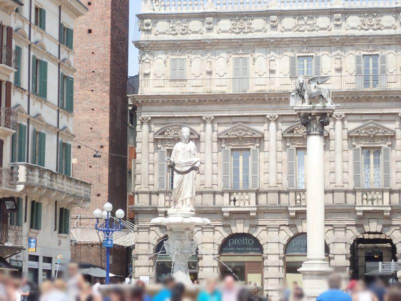 ヴェローナの観光地エルベ広場の有翼のライオンとマドンナ・ヴェローナの噴水