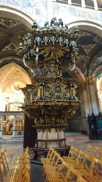 パルマ大聖堂の中にある木製の説教壇