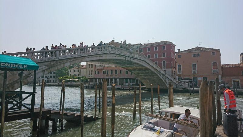 ベネチアのサンタルチア駅から水上タクシーに乗り込む