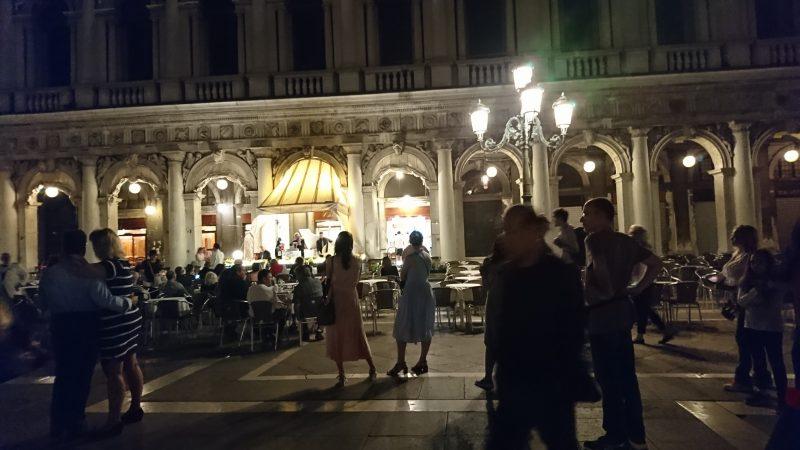 ベネチアでライトアップされた夜のサンマルコ広場