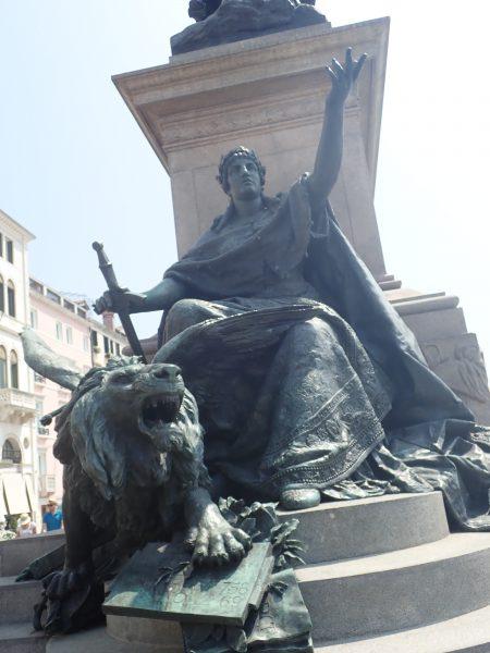 ベネチアでホテルダニエリの前にあった像