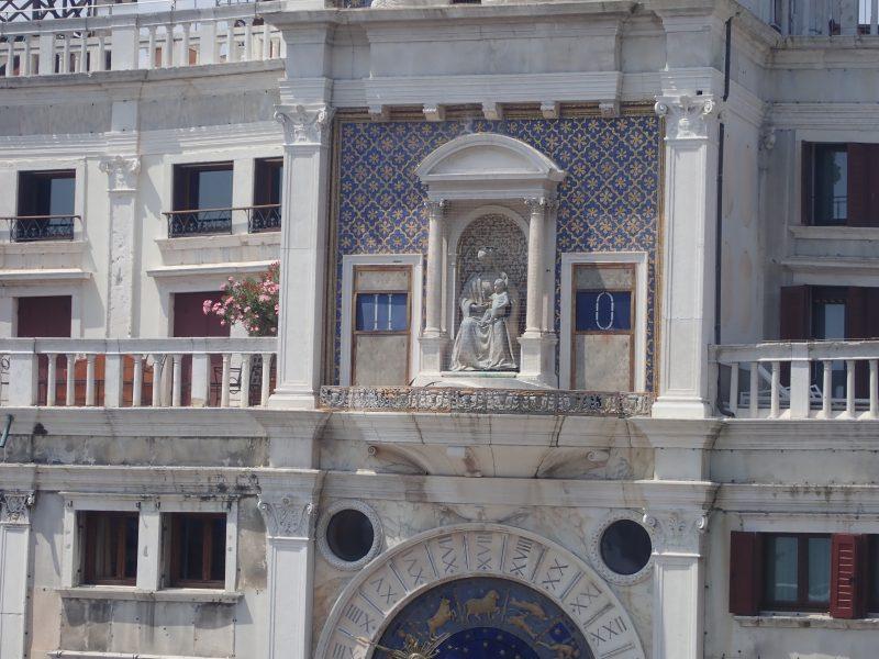 ベネチアのサンマルコ寺院の外部テラスからサンマルコ広場を見下ろす