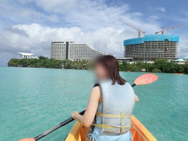 グアムの海岸でカヌーに乗りながら写真を撮るには防水カメラが必要です。