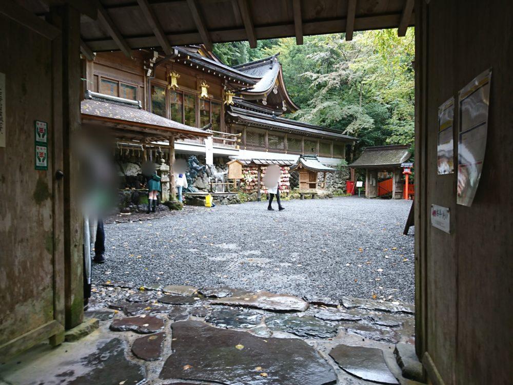 貴船神社参道の階段を登り終えたら視えてくる境内