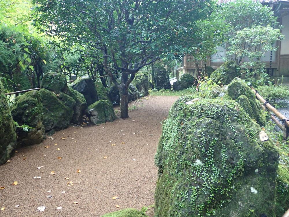 貴船神社の本宮にある船の形をした石庭