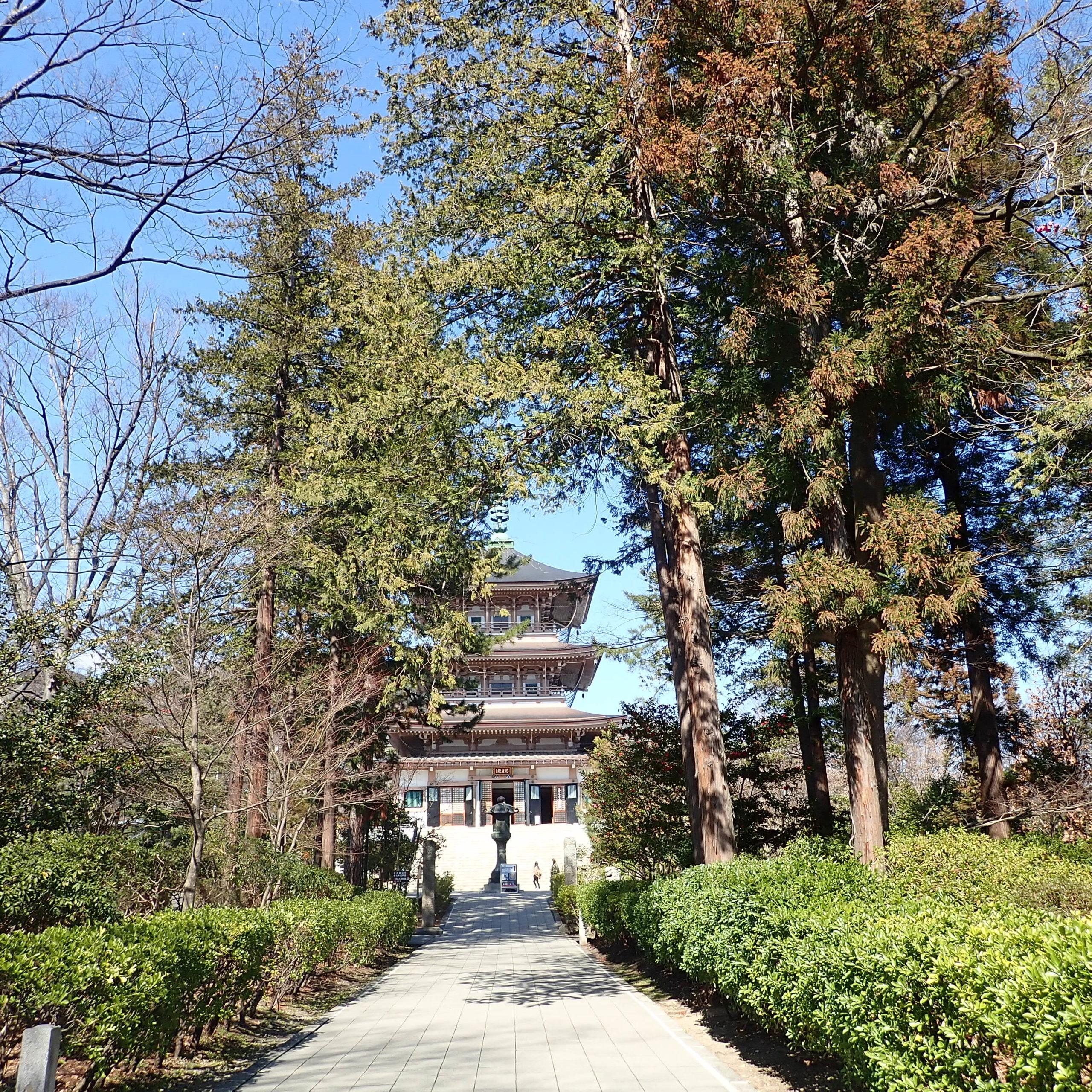 善光寺の境内にある三重塔日本忠霊殿・善光寺資料館