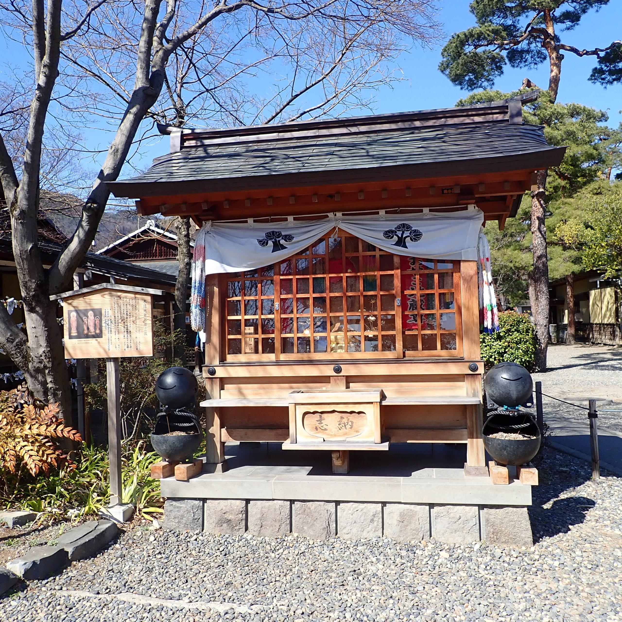 善光寺の境内にある木造菩薩地蔵立像