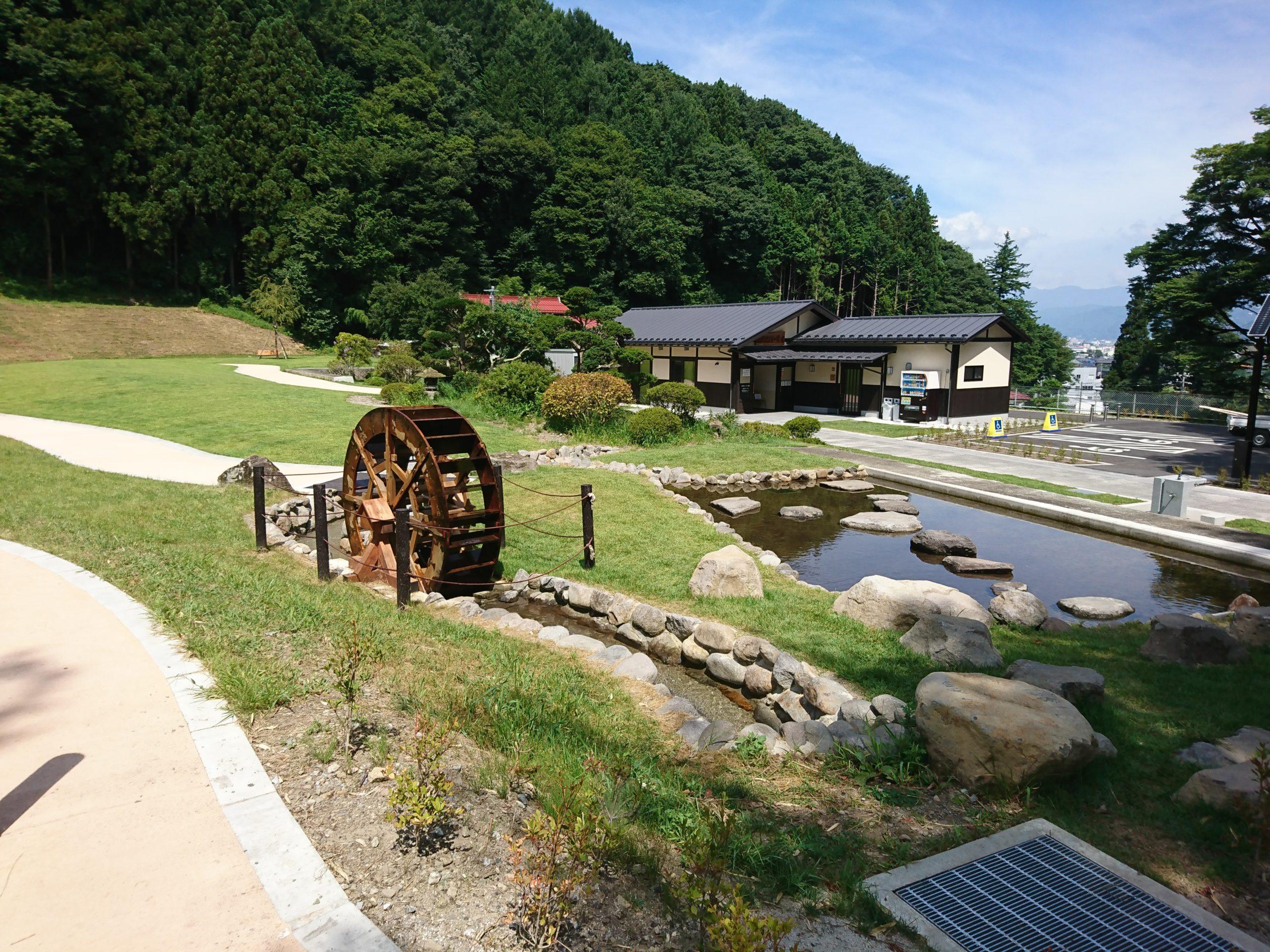 諏訪大社上社前宮の参道にオープンしたばかりの水眼広場
