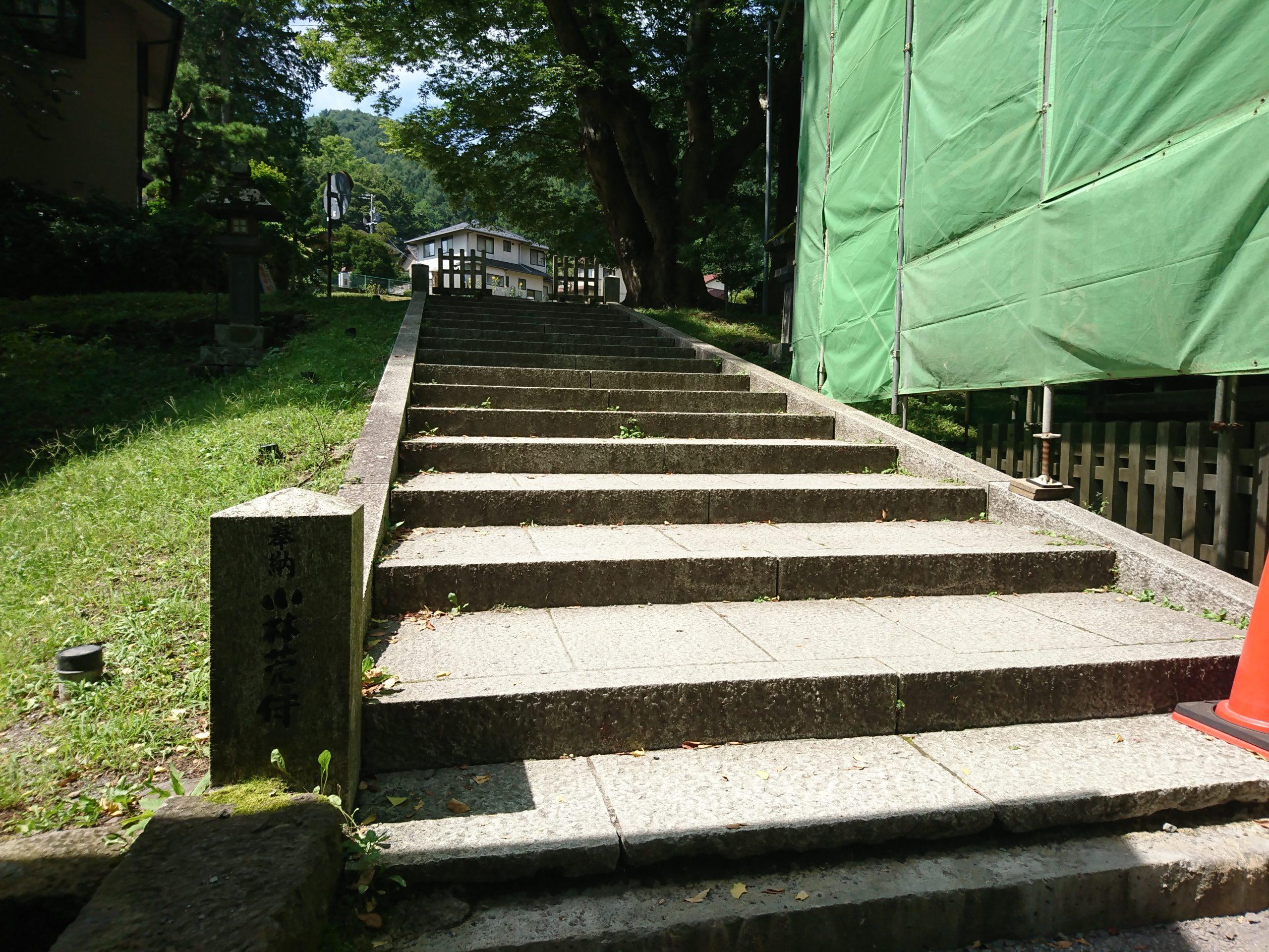 諏訪大社上社前宮の十間廊の横にある階段