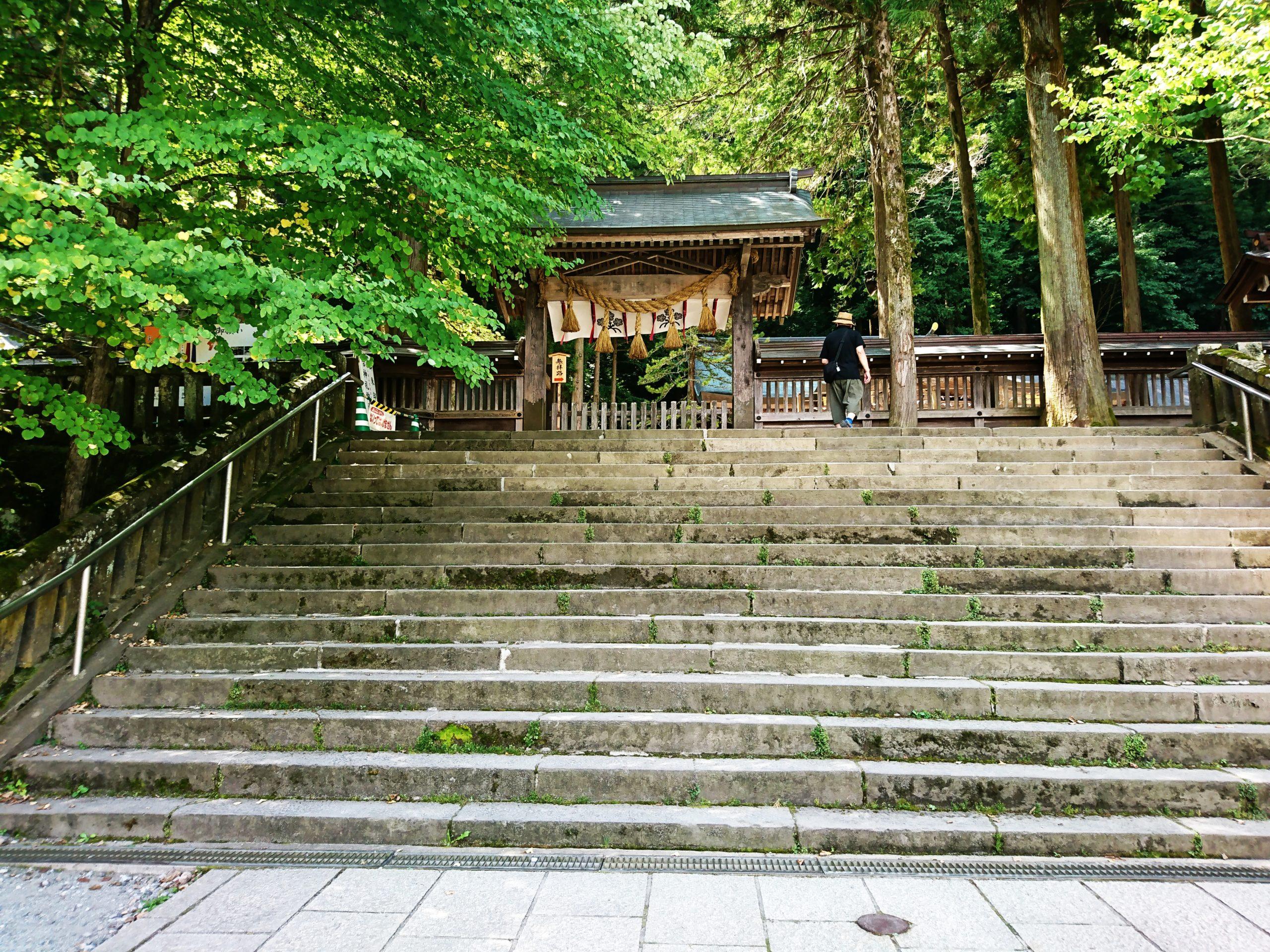 諏訪大社上社本宮一之御柱の横にある階段