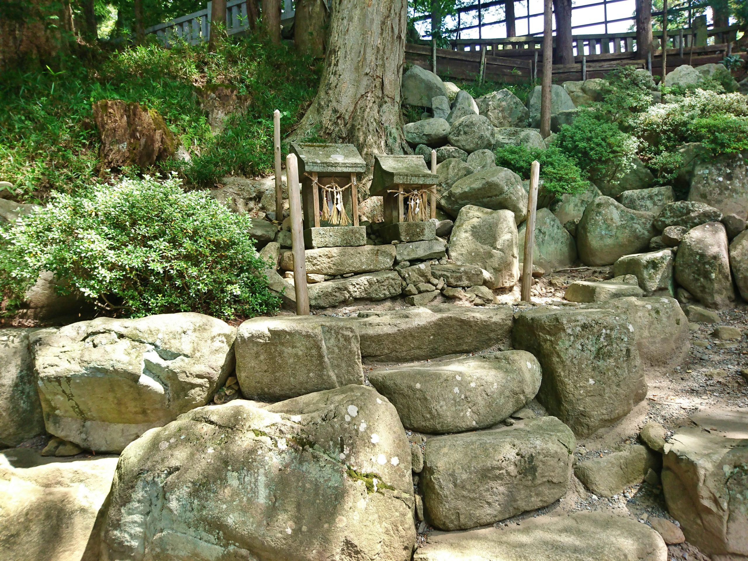 下社宝物殿の近くでみつけた小さな祠と御柱