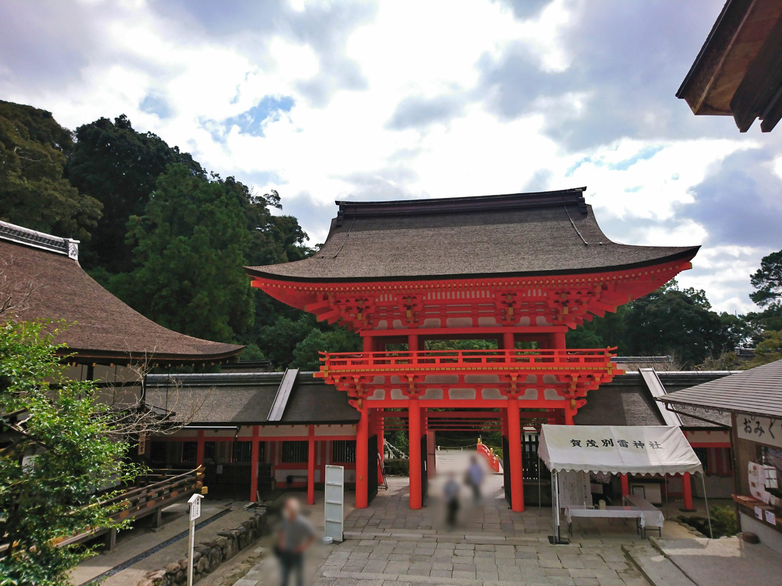 上賀茂神社の中門からみた桜門